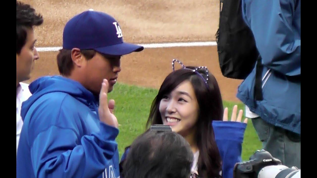 hyun jin ryu meets tiffany snsd girls generation  dodger stadium   pitch