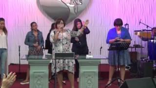 Alabanza y adoración con los jóvenes en el primer día de Saborea la Bíblia
