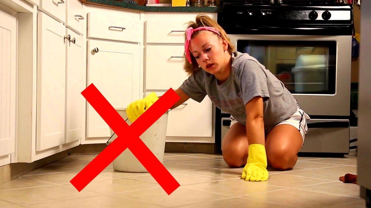 видео уборщица моет полы далее