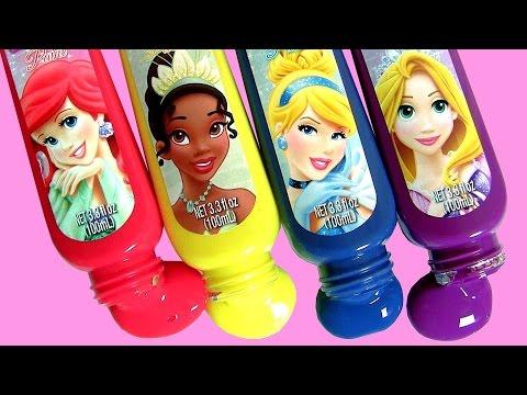Princesas Elsa e Barbie Brincando com Tintas de Banho na Piscina