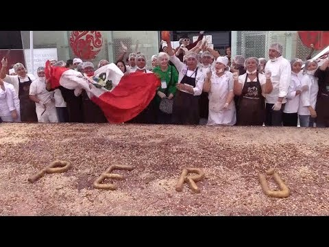 Download Youtube: Peruvian pastry chefs make world's largest black chocolate bar