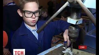 Сумські школярі на уроках праці виготовляють для бійців АТО незамінне приладдя