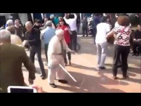 Alter Mann geht ab, und tanzt