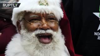 Темнокожий Санта Клаус впервые поздравил детей в крупнейшем магазине в США