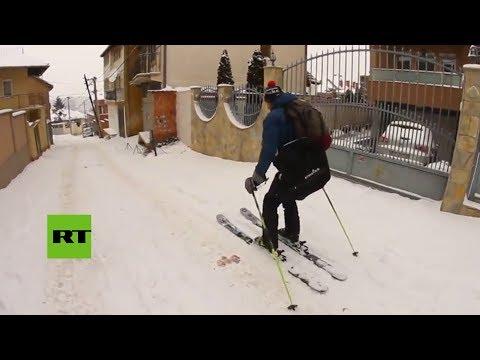 ¡A esquiar! La nieve convierte la capital de Kosovo en una pista de esquí