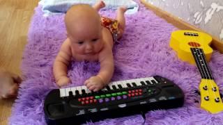 Ребенок Играет ГИМН РОССИИ в 3 месяца.