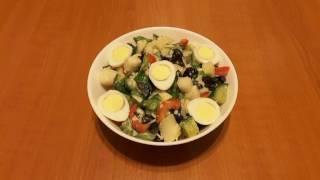Healthy salad. Salată cu ouă de prepelița. Салат с перепелиными яйцами.