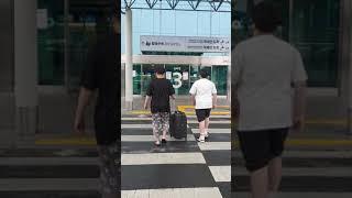 [공항패션] 잠옷입고  공항에 배웅하는 배웅현