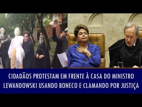 Cidadãos protestam em frente à casa do ministro Lewandowski usando boneco e clamando por justiça