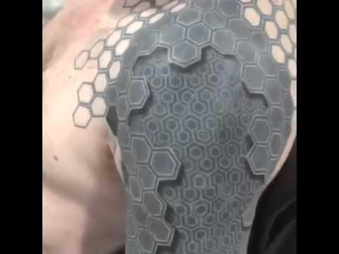 Tatuaż U Faceta