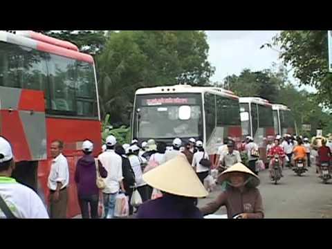 Linh muc Nguyen Sang phat qua cuu tro nguoi ngheo 01