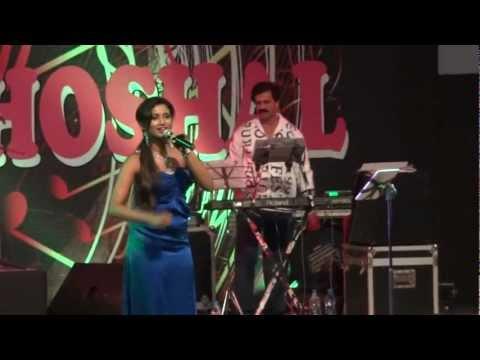 Shreya Ghoshal singing Jhalla Wallah in Kolkata