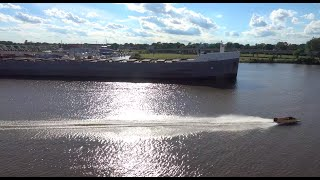 Race boat driver pulls stunt around riv...