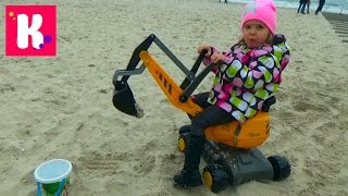 Экскаватор большой игрушечный Катя играет в рабочие машины на пляже в песке Toy excavator unpacking
