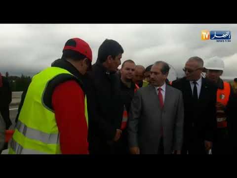 وزيرالأشغال العمومية يأخذ صورة مع عمال كوسيدار مع إستعمال حافلة واحدة للوفد بعيدا عن البروتوكولات