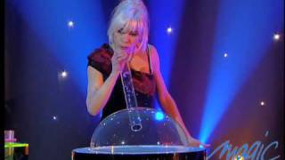 Silvia - Les bulles - Le Plus Grand Cabaret Du Monde sur son 31