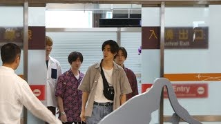 在松山機場,來台灣舉行記者會發表演唱會.