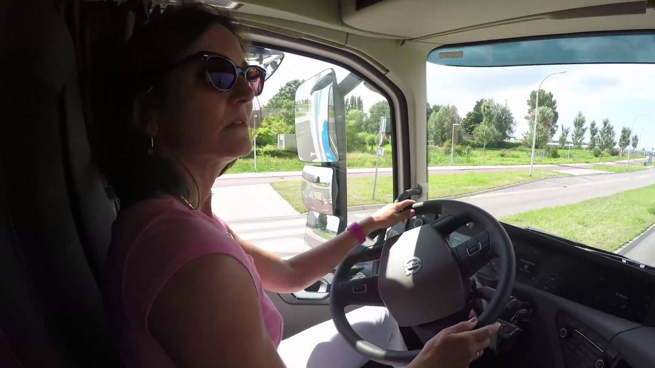 Jetske rijdt in een Volvo FH12