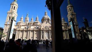 Aragoneses depositan flores en la fachada de la basílica del Pilar