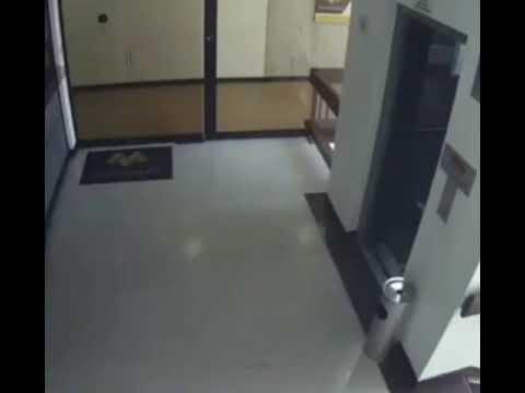 Мать спасла жизнь трехлетнему мальчику, который едва не сорвался с четвертого этажа