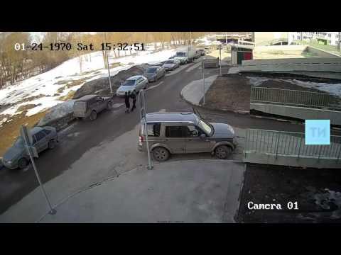 Женщина избила в Казани мужчину за то, что он делал фото ее авто