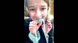بالفيديو: فتاة تتناول أخطبوطاً على قيد الحياة