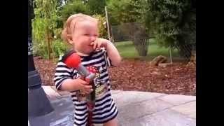 1 12 Jahre Baby spielt mit Gartenschlauch  funny die nasse Erfahrung musste ja passieren