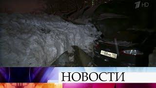 Четыре десятка автомобилей оказались под завалом в подмосковной Балашихе.