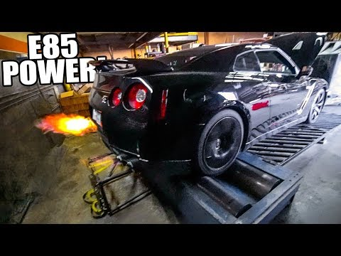 R35 GT-R SHOOTING FLAMES ON THE DYNO!