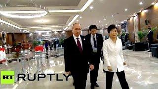 Саммит G20 Обама первым пришёл и построил всех в очередь жать ему руку Путин как обычно по бабам :-)