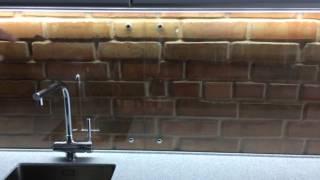 видео Кухня в стиле лофт (54 фото): кухонный гарнитур, дизайн для маленькой, белая с элементами, вытяжка, кирпич в интерьере