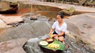 【南方小蓉】哇塞,姑娘坐在河流中央做菜,太神奇了 WOW it's  just amazing,The girl sat in the middle of the river and cooked.