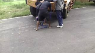 proses penarikan dump truck.karena ban truck amblas akibat tanah yang habis kehujanan .tol paspro