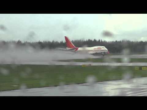 Airbus A380 v Boeing 747 Take Off