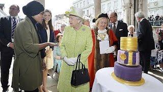 بريطانية مسلمة تصنع كعكة عيد ميلاد الملكة إليزابيث (فيديو)