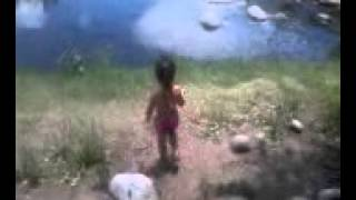Andréa Lucía Fino Sequeira tirando piedras al rio de San Marcos Sierras, Córdoba, Argentina, 10 01 2