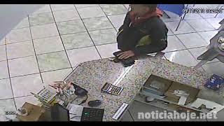 Vídeo mostra homem furtando carteira de cima de balcão; cheques foram cancelados