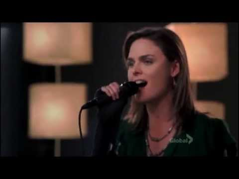 Bones 3x14 - Temperance Brennan singing at the karaoke