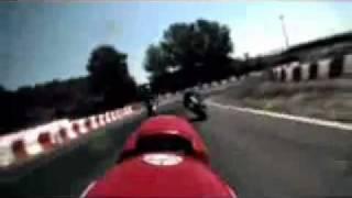 Incrível, piloto cai e consegue voltar para moto!
