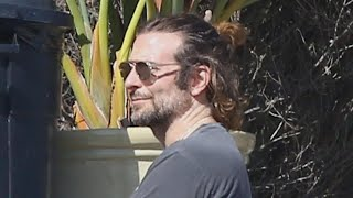 Baixar Bradley Cooper Sports a Ponytail While Hanging Out With Leonardo DiCaprio in Malibu