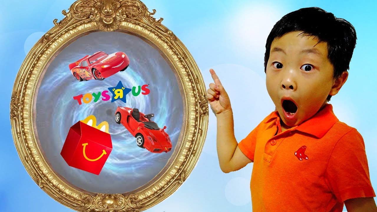 마법 거울로 어디든 갈수 있어요! 예준이의 토이저러스 장난감 쇼핑 전동 자동차 바이크 맥도날드 해피밀 맥퀸 Funny Kids Magic Mirror