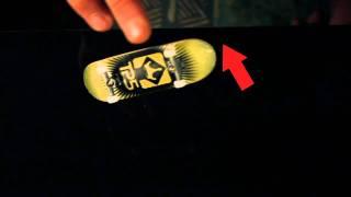 Обучающее видео как делать кикфлип на фингерборде