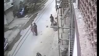 کراچی میں اس بندے نے راہ چلتی لڑکیوں کے ساتھ کیا کیا ؟؟ دیکھ کر دنگ رہ جائیں گے
