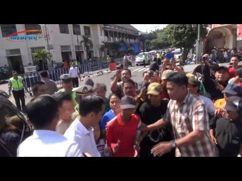 Bagi-Bagi Angpau Rp50.000, Tukang Becak Serbu Jokowi