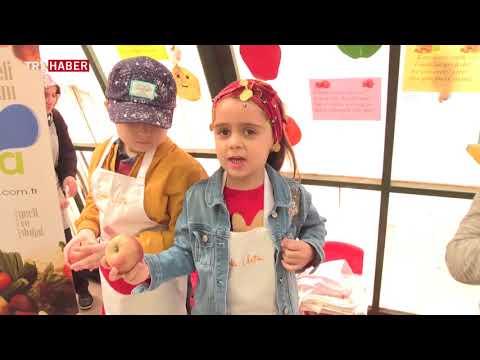Minikler pazarcı kıyafeti giyip semt pazarında çalıştı.