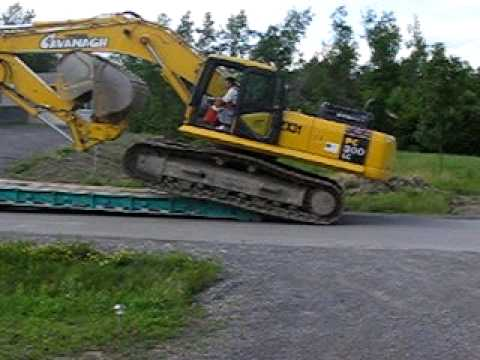 Excavator unloading off Trailer