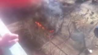 Дым заполонил весь объектив камеры - на Пионерке горит автобус