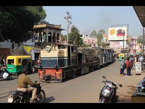 India ग्वालियर Gwalior Ghosipura narrow gauge train road crossing, Schmalspur kereta api EIN079460