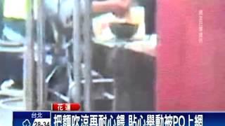 男行動不便吃麵難 暖男員警一口口餵-民視新聞