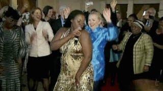 كلينتون ترقص في جنوب أفريقيا